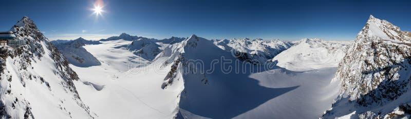 Schnee mit einer Kappe bedeckte Berge stockfotografie