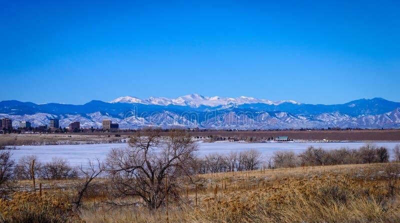 Schnee mit einer Kappe bedeckte felsige Berge stockfotografie