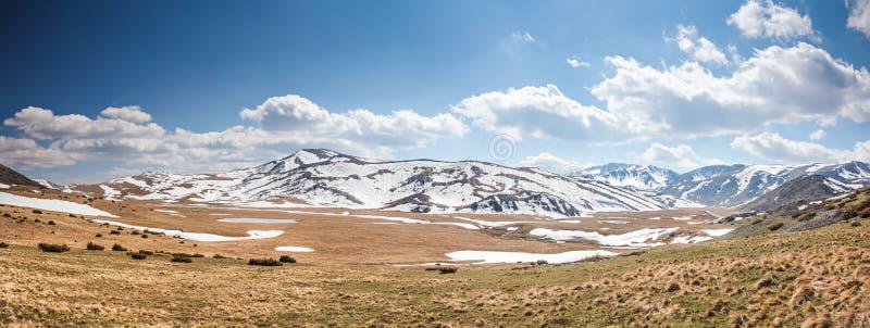 Schnee-mit einer Kappe bedeckte Gebirgsszene stockfotos