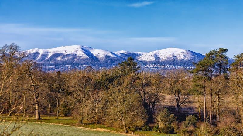 Schnee-mit einer Kappe bedeckte Malvern-Hügel, Worcestershire, England lizenzfreie stockfotografie