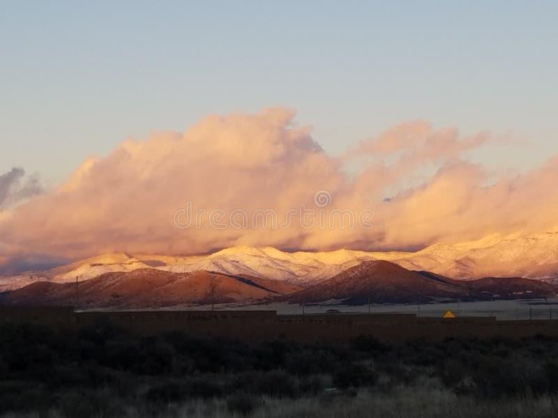 Schnee mit einer Kappe bedeckter Berg stockfoto