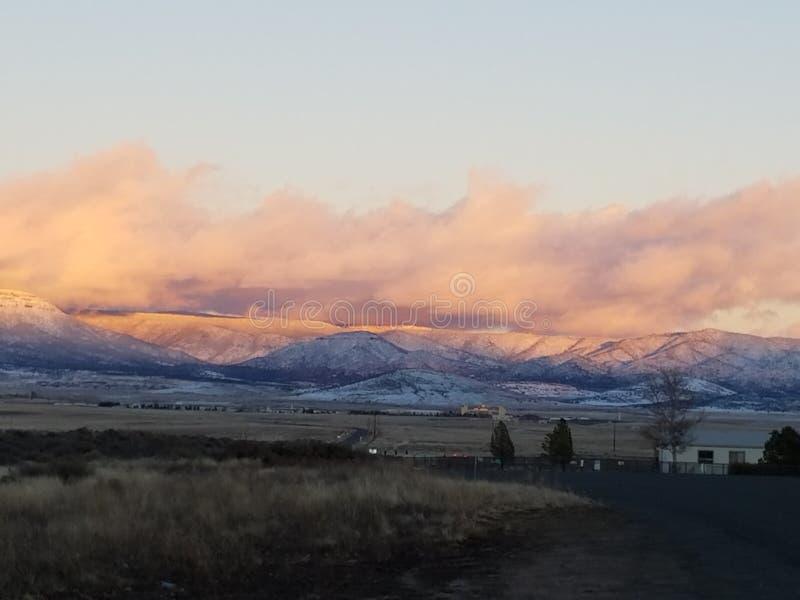 Schnee mit einer Kappe bedeckter Berg lizenzfreies stockfoto