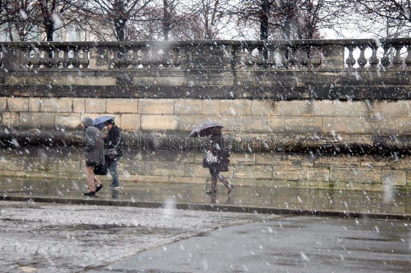 Schnee in Paris lizenzfreie stockfotos