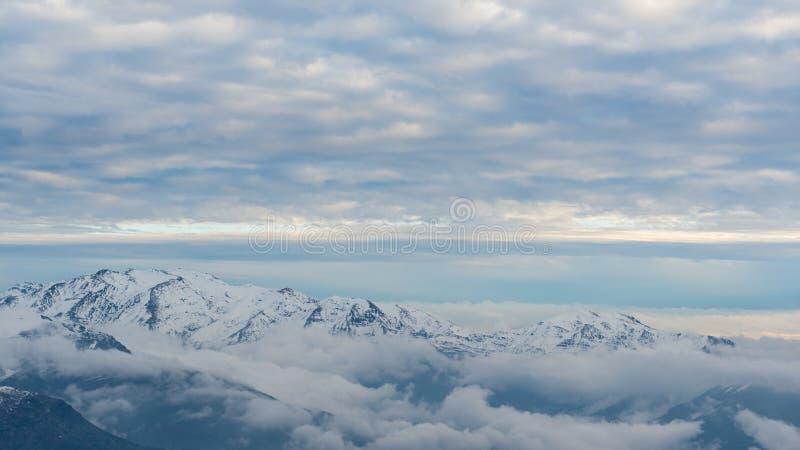 Schnee ragt umgebendes Farellones-Dorf empor lizenzfreie stockfotografie