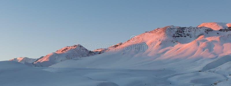 Schnee ragt umgebendes Farellones-Dorf empor lizenzfreie stockfotos