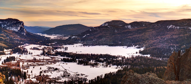 Schnee-Tal-Sonnenuntergang stockbild
