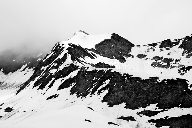 Schnee umfaßte Gebirgsspitze stockbild