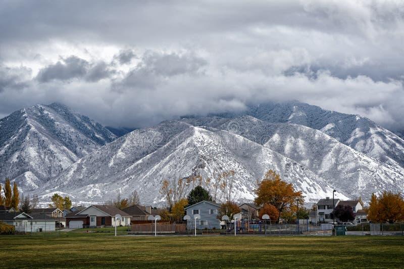 Schnee umfasste Gebirgsschönheit stockfoto