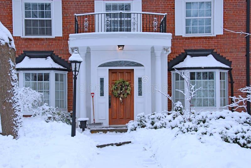 Schnee umfasste Vorgarten stockfoto