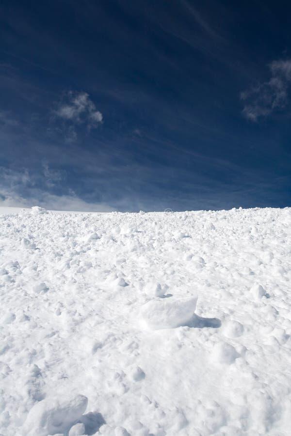 Schnee und blauer Himmel mit Wolken lizenzfreie stockfotos