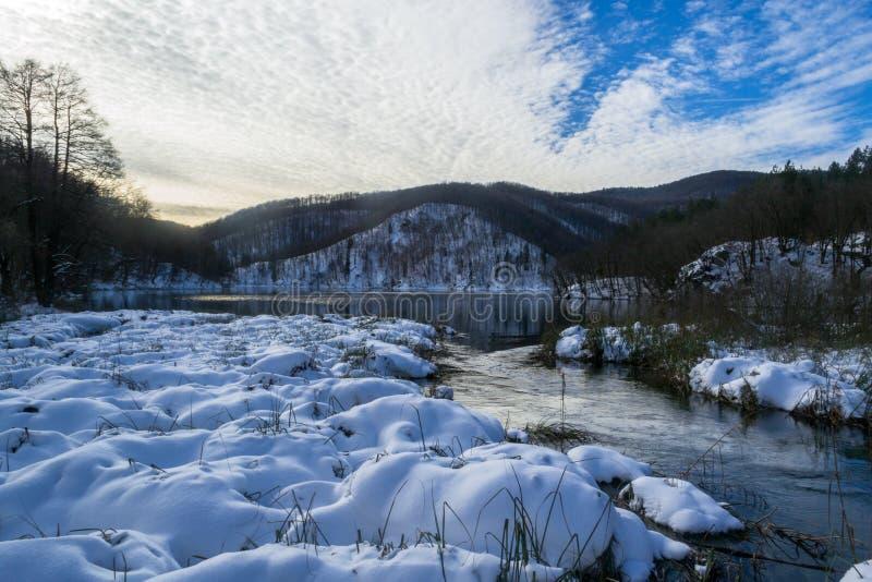 Schnee und blauer Himmel mit Wolken und Steuerknüppel lizenzfreies stockbild