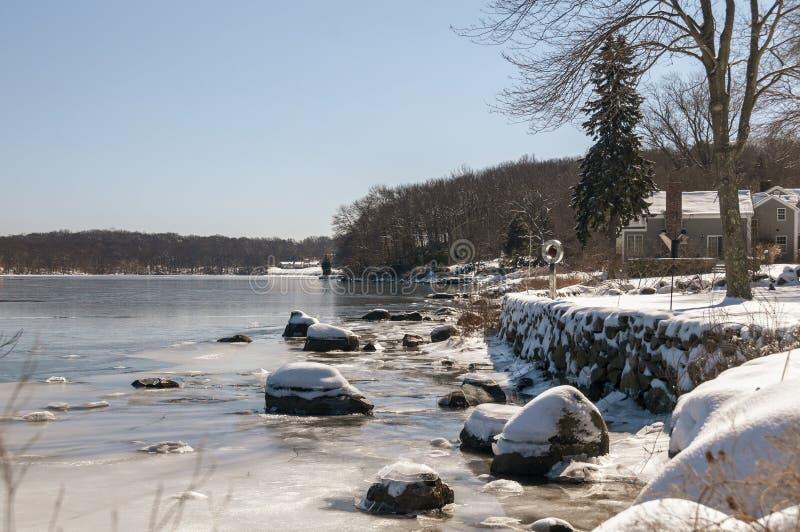 Schnee und Eis entlang Connecticut River Küstenlinie stockfotos