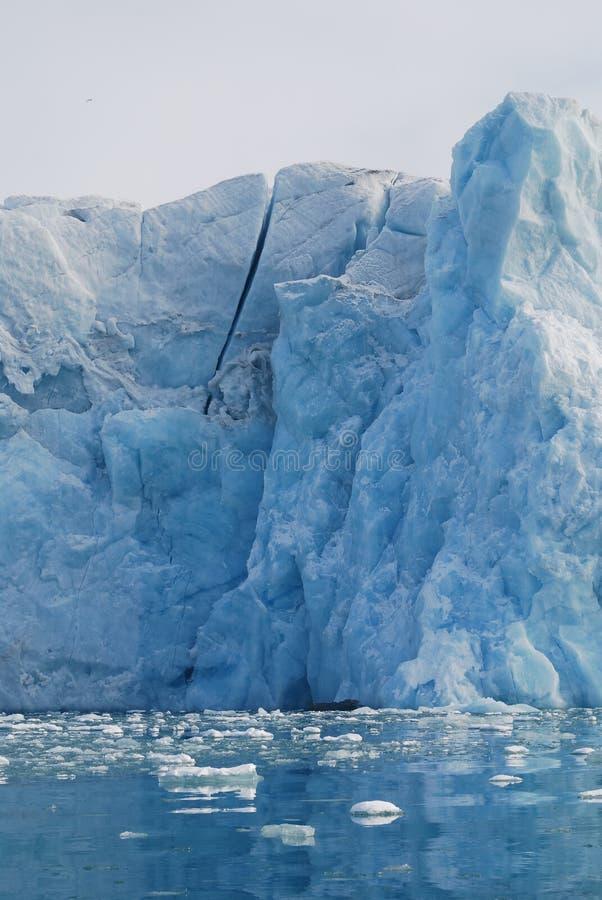 Schnee und Meer in den Svalbard-Inseln stockfotografie
