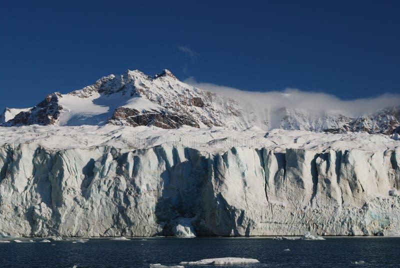 Schnee und Meer in den Svalbard-Inseln lizenzfreies stockbild