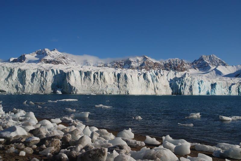 Schnee und Meer in den Svalbard-Inseln lizenzfreie stockbilder