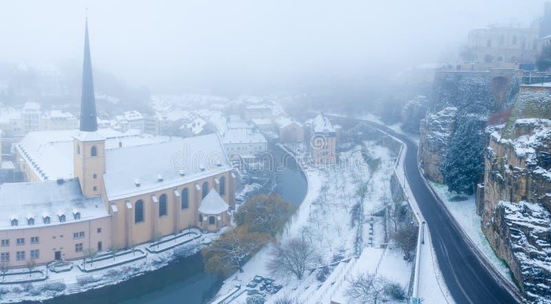 Schnee und Nebel bedeckten Grund, das alte Teil des Luxemburg-Stadtpanoramas lizenzfreies stockbild