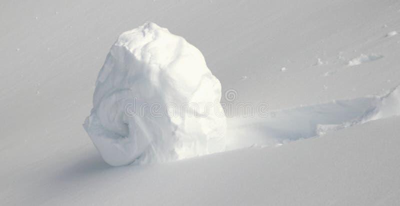 Schneeball auf einem Hügel lizenzfreie stockfotografie