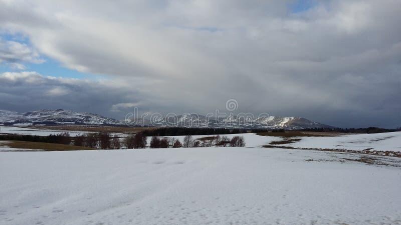 Schneebedeckte Berglandschaft in Schottland im Winter lizenzfreies stockfoto