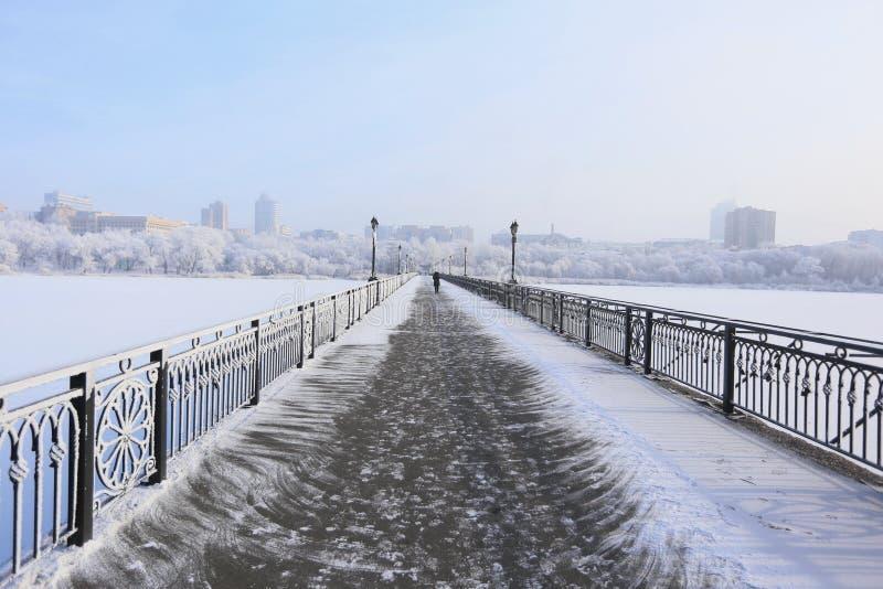 Schneebedeckte Brücke über dem Fluss lizenzfreies stockfoto