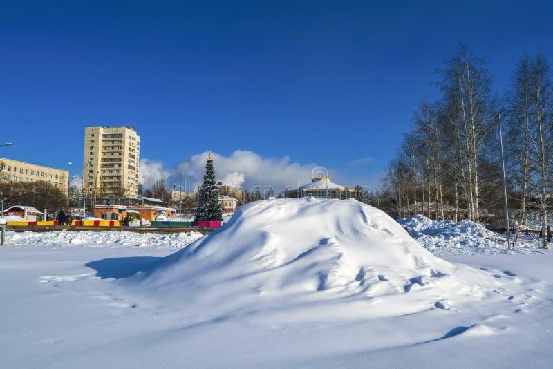 schneebedeckte Gassen des Parks an einem sonnigen Wintertag stockfotografie