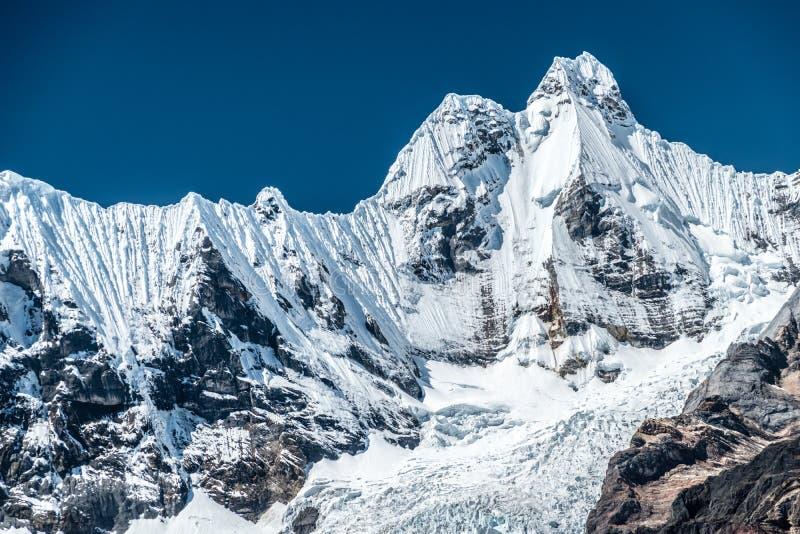 Schneebedeckte Jirishanca-Spitze und sein Gletscher, Kordilleren Huayhuash, Peru, Südamerika stockfoto