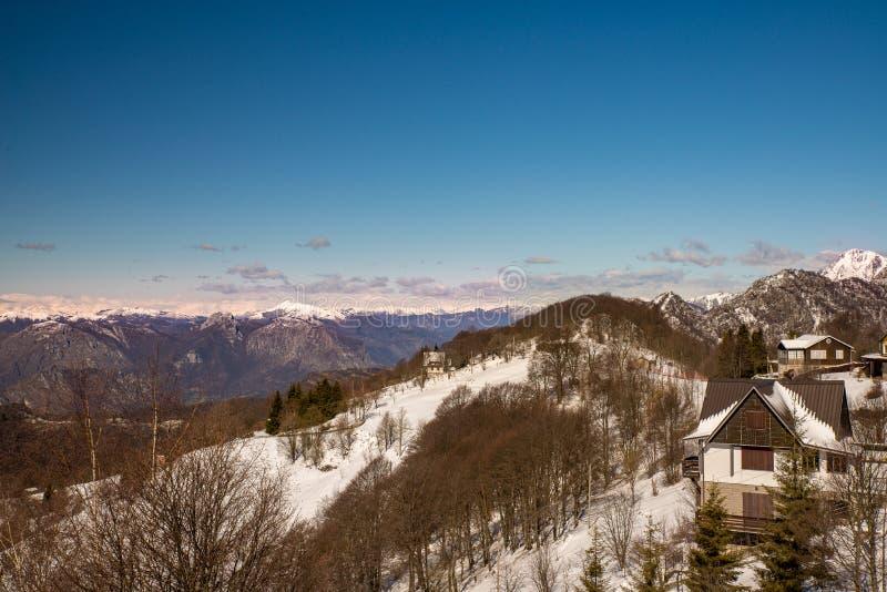 Schneebedeckte Landschaft des Frühlinges lizenzfreie stockbilder