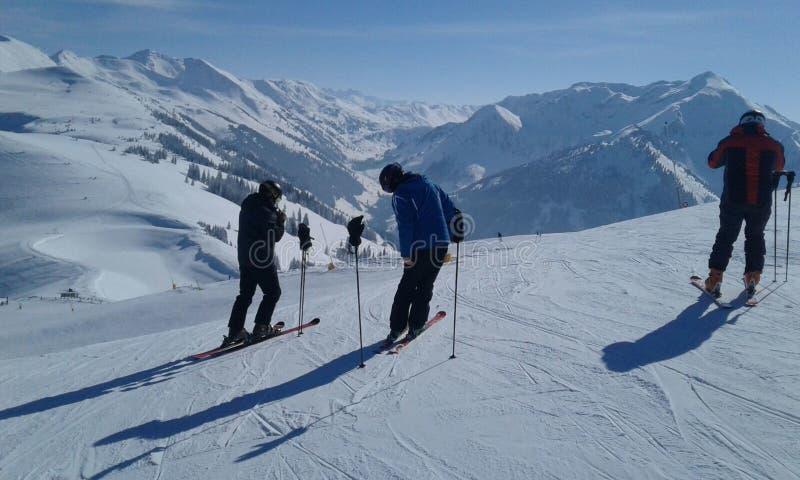 Schneebedeckte mauntain Österreichs Landschaft mit einigen Leuten lizenzfreie stockfotografie