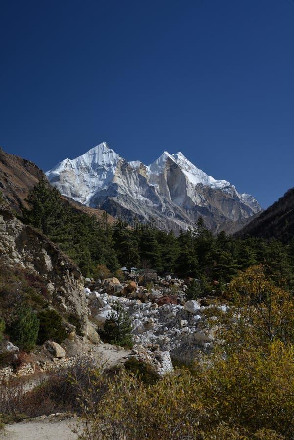 Schneebedeckte Spitzen des indischen Himalajas nahe Gangotri lizenzfreies stockbild