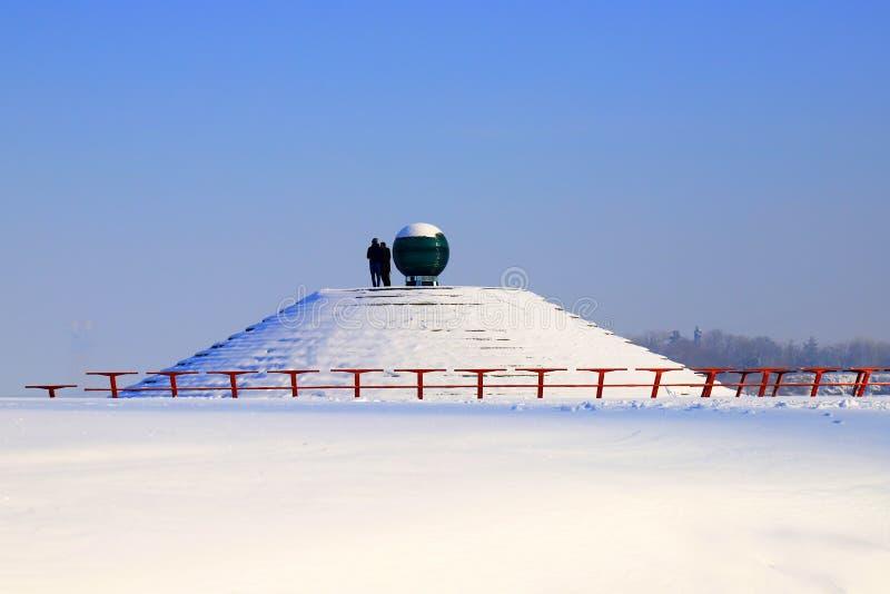 Schneebedeckte Winterlandschaft, Straßen und Pyramiden mit Schneebedeckung Stadtbild in Dnipro Stadt, Dnepropetrovsk, Ukraine stockfotos
