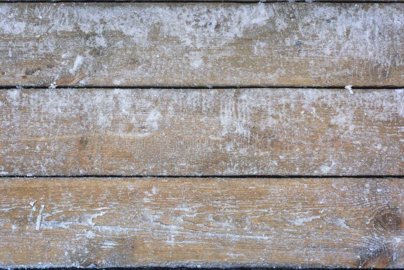 Schneebedeckter hölzerner Hintergrund, Beschaffenheit, gefrorenes Holz stockbilder