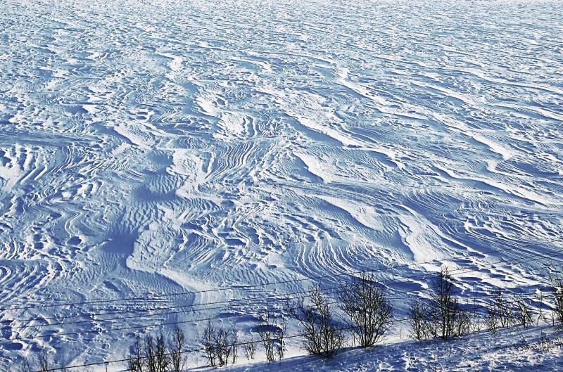 Schneebedeckter Winterzeit Riverbank, Schneeantriebe stockfotografie