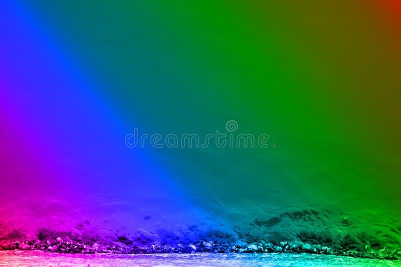 Schneebedecktes Ufer des Winters in der Regenbogenpalette stockfotografie