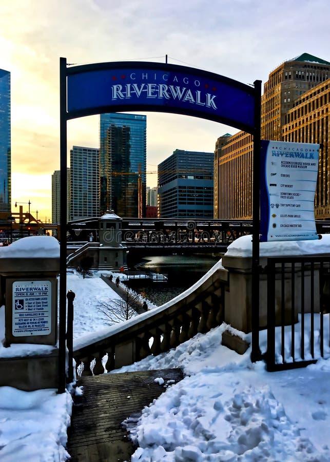 Schneebedeckungsstadtlandschaft von Chicago-Schleife nach Wintersturm, während Sonne über Eingang auf das riverwalk bei Chicago R lizenzfreie stockbilder
