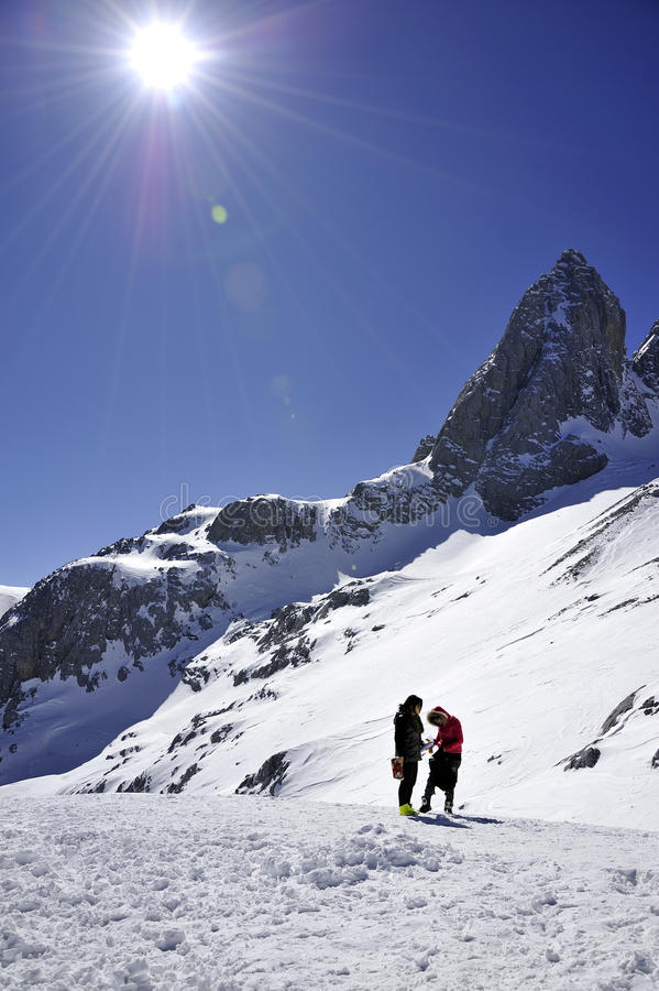 Schneeberg mit sonnigem Himmel lizenzfreie stockbilder