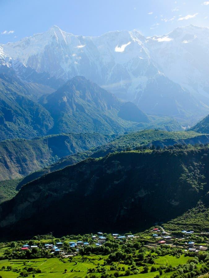 Schneeberge und -dorf beim Brahmaputra stockbild