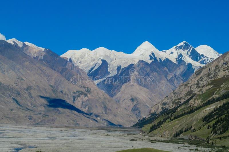 Schneeberglandschaft großer Höhe Tien Shans lizenzfreies stockbild