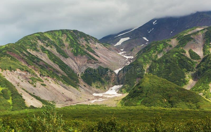 Schneedecke auf Bergen von Vilyuchinsky-Durchlauf im Sommer stockfotografie