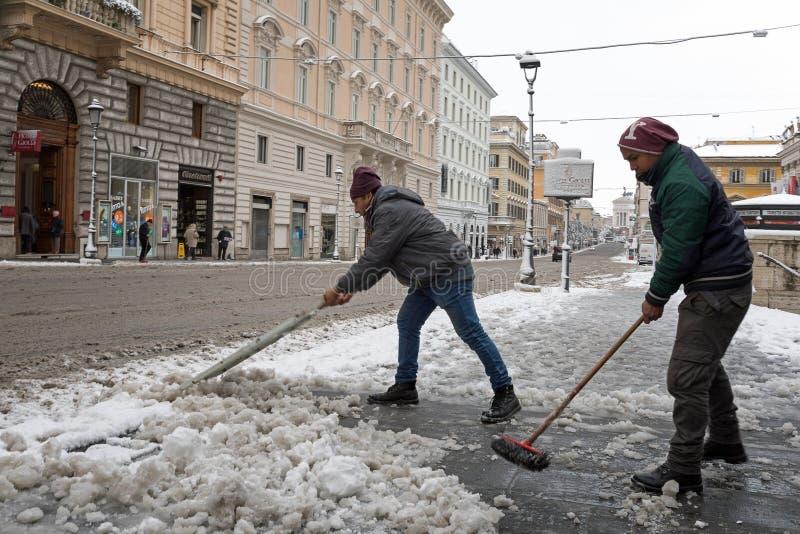 Schneedecken die Straßen von Rom, Italien Über Nazionale lizenzfreie stockfotos
