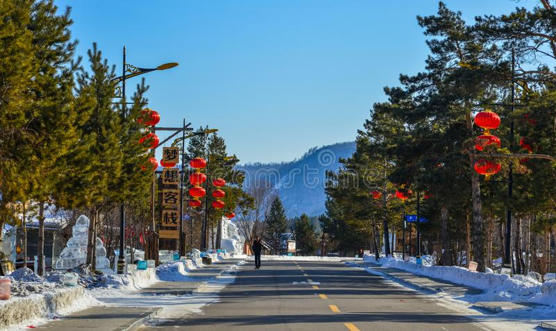 Schneedorf mit roten Laternen stockfotografie