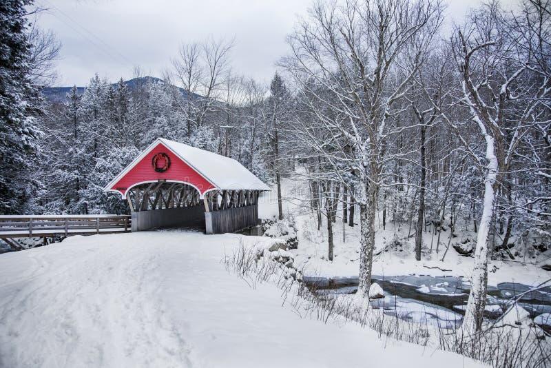 Schneefälle der überdachten Brücke in ländlichem New Hampshire stockfotografie