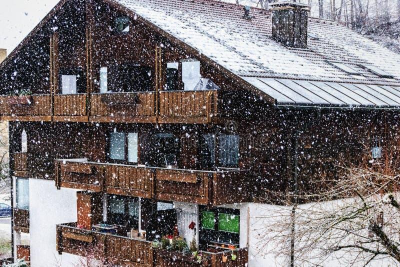 Schneefälle im bayerischen Dorf stockfoto