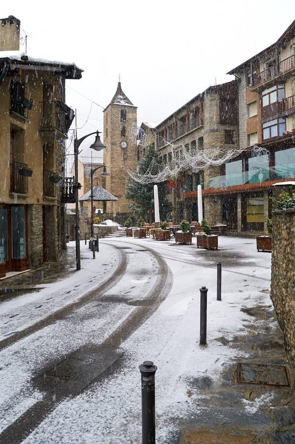 Schneefälle in Ordino, Andorra stockbild