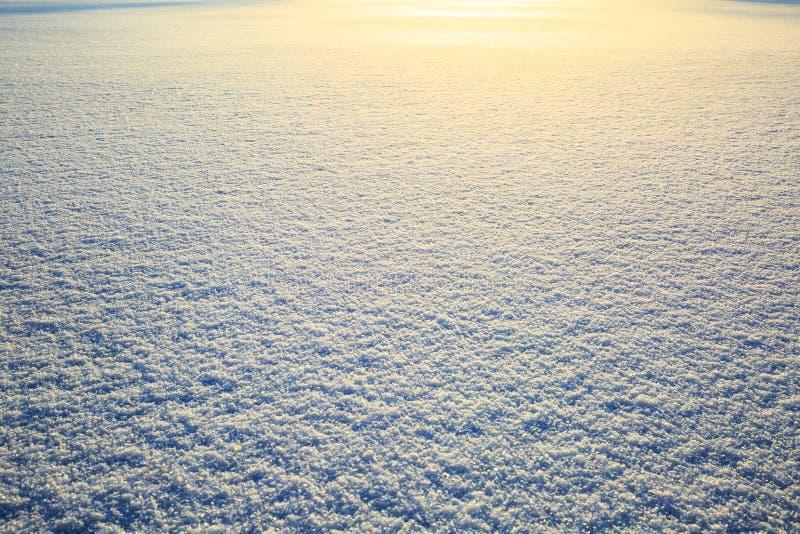 Schneefeld, das in der Sonne, Oberflächenschneebeschaffenheit mit funkelndem Glanz funkelt Weihnachtsnatürlicher Hintergrund Wint lizenzfreie stockfotos