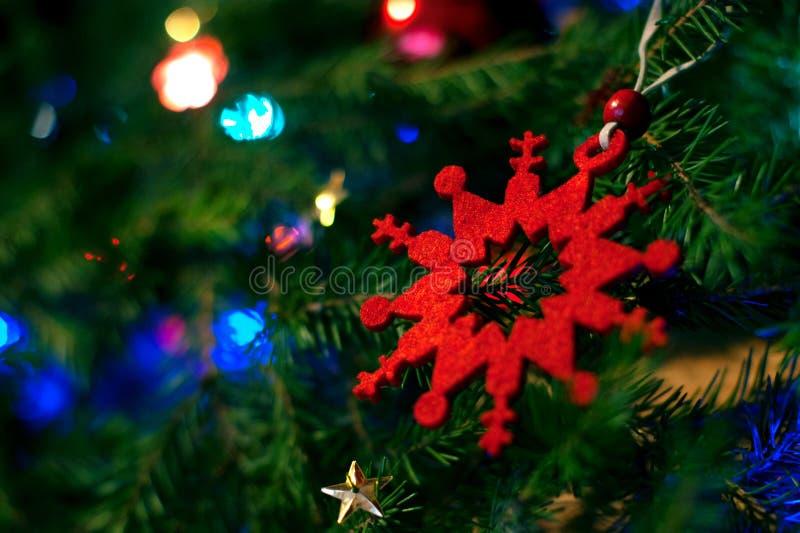 Schneeflocke aus Filz heraus Ökologische, hölzerne Weihnachtsdekorationen stockfoto