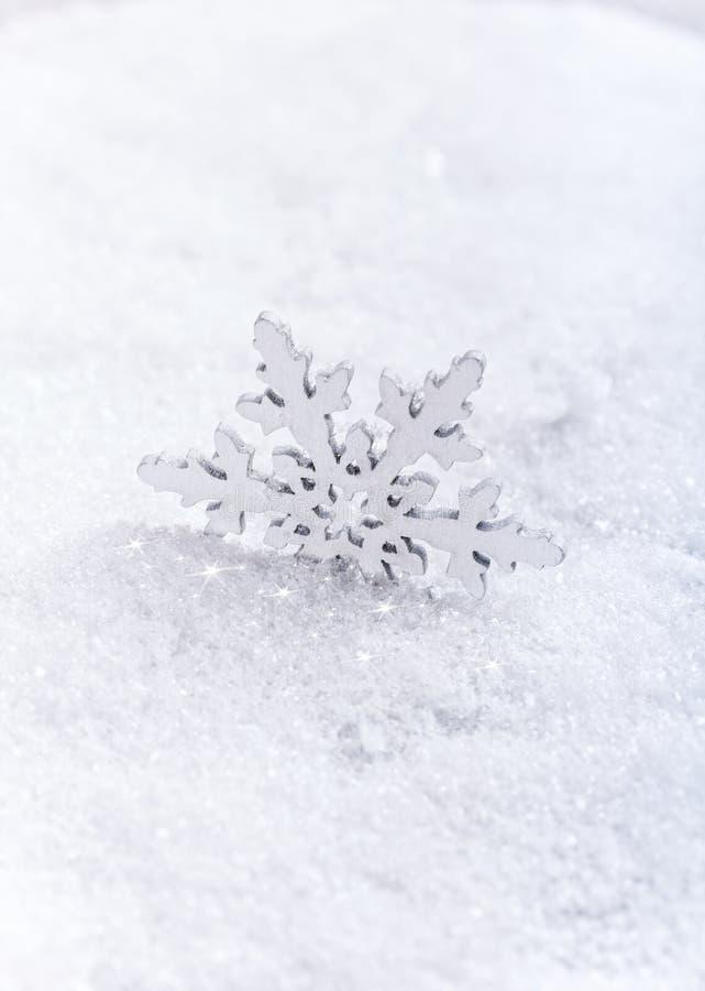 Download Schneeflocken auf Schnee stockfoto. Bild von kalt, frost - 27729810