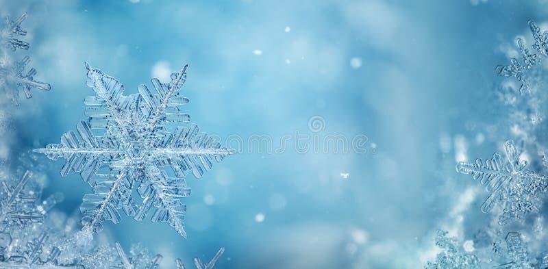 Schneeflocken auf Winterterrasse mit Leerzeichen für Weihnachtsnachte lizenzfreie stockfotos