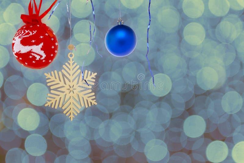 Schneeflocken aus Holz, Weihnachtsspielzeug auf farbenfrohen Untergründen stockfotografie
