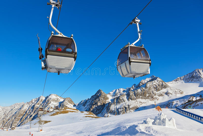Schneefort im Gebirgsskiort - Innsbruck Österreich lizenzfreies stockbild