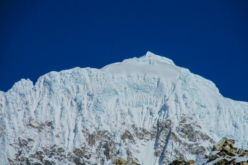 Schneegebirgs- und -gletscheransicht am Trekking EBC niedrigen Lagers Everest in Nepal lizenzfreie stockfotos