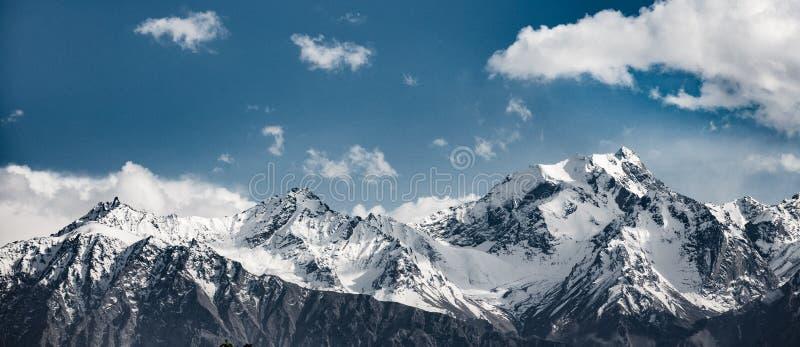 Schneegebirgszug stockfotos